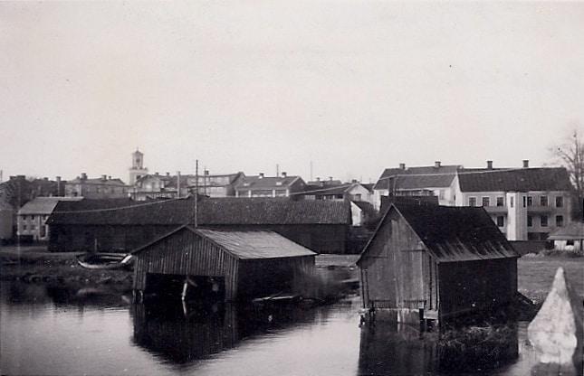 Byggnader sedda från Kråkerumsbron i Mönsterås